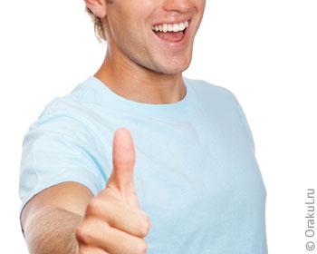 Лысый парень с тату на руке наказал в спальне видео
