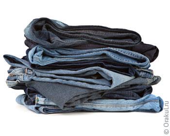 Девушка становится раком в джинсах